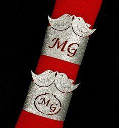 Anel porta-guardanapo feito em couro sintético na cor prata (glitter)