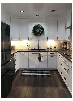Kitchen Room Design, Kitchen Redo, Modern Kitchen Design, Home Decor Kitchen, Kitchen Interior, Kitchen Remodel, White Kitchen Cabinets, Kitchen White, Black Appliances White Cabinets
