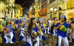 Maracatu Batuques Pernambuco drag hundreds of people at the center of Recife