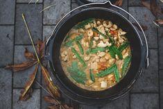 Thai-Curry aus dem Dutch Oven // Wer bei Dutch-Oven-Gerichten an viel Fleisch und kräftige Eintöpfe denkt, wird bei diesem Thai-Curry im Dutch Oven eines Besseren belehrt. Das thailändisch inspirierte Gericht wirkt fast leicht und sommerlich, wärmt in diesen ersten Herbsttagen aber auch ganz schön von innen. #rezept #dutchoven #dutchovenrezept #outdoorkueche #draussenkochen #outdoorcooking #castiron #castironcooking #castironrecipe #outdoorkochen #draußenkochen