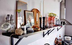 Uma prateleira aberta de cozinha é uma forma fantástica de complementar o estilo sem precisar de renovar, bem como animar o estilo existente da sua cozinha. Criámos esta solução trabalhando com cores, cenas e molduras.