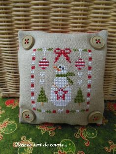 Christmas Surprise by Carmela free cross stitch chart on Broder...Juste Pour Arrter le Temps! (site in French) at http://labrodeusedu09.canalblog.com/archives/2012/10/08/25266101.html