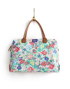 Joules Womens Weekend Bag, Creme Chelsea Floral.                     When the opportunity comes for a weekend or night away this is the bag to have close to hand.  Designed to be roomy but easy to carry it's a real get-away essential.  Made from robust printed cotton canvas.
