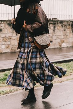 Street style : comment s'habiller quand il pleut ? | Vogue Paris Street Style Edgy, Autumn Street Style, Cool Street Fashion, Street Chic, La Fashion Week, Fashion Now, Paris Fashion, Fashion Trends, Cute Winter Outfits