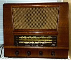 Vintage wooden Columbia radio.Model C301 Mains voltage.Lights up and works on MW