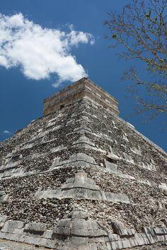 ✮ Side view of the Chichen Itza pyramid in the Yukatan region of Mexico