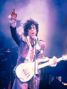 1984  The legendary performer is seen onstage during his Purple Rain Tour.  Raridade, 7945d953f0