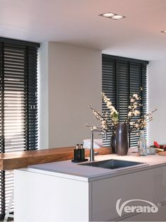 Zwarte jaloezieën - Shutter for the window - Interior Design Inspiration, Home Interior Design, Faux Wood Blinds, Elegant Curtains, Home Board, Curtains With Blinds, Home Living Room, Kitchen Interior, Sweet Home