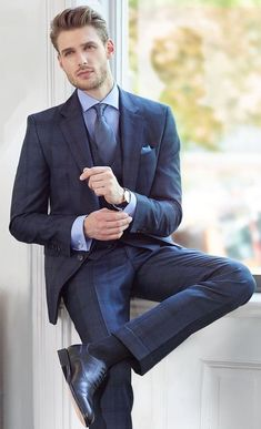 Navy 3 piece suit combo with a light blue shirt blue silk tie blue pocket square cufflinks black socks black dress shoes black leather banded watch. Suit Shoes, Black Dress Shoes, Shoes Men, Mens Fashion Suits, Mens Suits, Costume Sexy, Look Man, 3 Piece Suits, Well Dressed Men