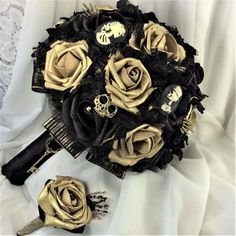 Skulls and Roses Wedding Bridal Flower Bouquet Black and Gold Bouquet Bride Bouquet Gothic Halloween Bouquet Skull Wedding Victorian Gothic Teal Wedding Flowers, Rose Wedding Bouquet, Bride Flowers, Bride Bouquets, Halloween Wedding Flowers, Classy Halloween Wedding, Halloween Weddings, Gold Bouquet, Black Rose Bouquet