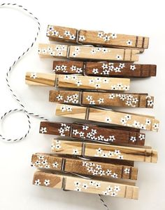 #UpcycledBedroomIdeas Crafts To Sell, Fun Crafts, Diy And Crafts, Paper Crafts, Diy Cards To Sell, Photo Garland, Wooden Clothespins, Wooden Clothespin Crafts, Photo Deco