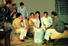 During the shooting of film Anand .Kaka ji is with Amitabh Bachchan .Ramesh and Seema Deo. Rajesh Khanna, Asian Photography, Vintage Bollywood, Back Photos, Amitabh Bachchan, Bollywood Actress, Actors & Actresses, Behind The Scenes, Cinema