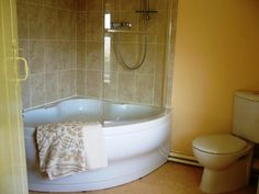 Small Corner Tub And Shower Combo With Glass Wall Panel - Baignoire Corner Tub Shower Combo, Corner Bathtub Shower, Shower Tub, Shower Floor, Upstairs Bathrooms, Small Bathroom, Downstairs Bathroom, Bathroom Tubs, Bathroom Showers