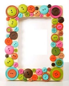 Zugeknöpft bis obenhin! Tolle Idee für einen selbstgestalteten Bilderrahmen 簡単 Diy, Button Picture, Frame Crafts, Craft Sale, Hobbies And Crafts, Crafts To Sell, Fun Crafts, Crafts For Kids, Arts And Crafts