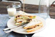 Lunchrecept: Sandwich met eiersalade, komkommer en bacon