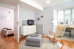 Apartamentul de două camere (38 mp) situat într-un bloc din anii '50 este orientat integral spre curtea interioară recent amenajată și plantată, la adăpost de zgomotul bulevardului Magheru. În timp ce zona de zi a fost unificată prin includerea bucătăriei deschise și luminoase obținut…