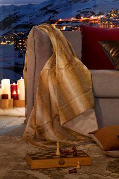 Winterfest! Höchste Zeit, den eigenen vier Wänden ein Wohlfühlprogramm  zu verordnen: Luxuriöse Fellimitat-Decken, kuschelige Kissen  und gemütliche Teppiche sind bestens geeignet, um eine Extraportion  Komfort einziehen zu lassen. So gut vorbereitet lassen wir uns die  kalte Winterzeit gerne gefallen!