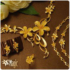 結婚金飾通常都是花朵的設計,象徵著花開富貴,黃金則是象徵著富貴吉祥。#結婚金飾 #黃金套組 #金飾 Gold Bangles Design, Gold Jewellery Design, Gold Jewelry, India Jewelry, African Jewelry, Light Weight Gold Jewellery, Gold Pearl Necklace, Imitation Jewelry, Manish