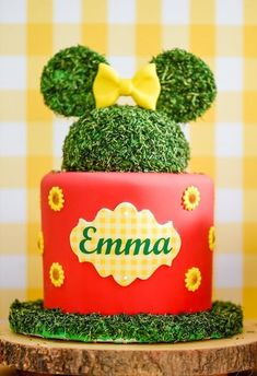 With a new take on Minnie Mouse, check out this darling Minnie Mouse Sunflower Garden Party at Kara's Party Ideas. Sunflower Birthday Parties, 1 Year Old Birthday Party, Sunflower Party, Sunflower Cakes, Picnic Birthday, Garden Birthday, Sunflower Garden, Birthday Ideas, Cake Birthday