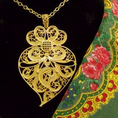 Portuguese Folk gold filigree Viana heart by HelenaAleixoGlamour Heart Jewelry, Jewelery, Silver Jewelry, Silver Filigree, Sacred Heart, Portuguese, Folk, Jewelry Making, Fancy