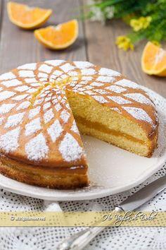 Torta cuor d'arancia ricetta facile e veloce. Una torta all'arancia farcita con crema profumata, morbida perfetta per il tè, la colazione e la merenda.