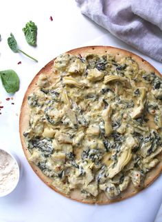 Vegan Spinach Artichoke Pizza - This Savory Vegan-Creamy, comforting and tasty spinach artichoke dip on top of a crispy crust makes this Vegan Spinach Artichoke Pizza an instant favorite. Vegan Pizza Recipe, Vegan Recipes Easy, Vegetarian Recipes, Vegan Food, Vegetarian Pizza, Free Recipes, Vegan Apps, Spinach Artichoke Pizza, Pizza Vegana