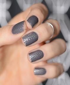 Nail art octobre 2015 vgp - portfolio nails grey nail art, g Grey Nail Art, Gray Nails, Cool Nail Art, Grey Nail Designs, Simple Nail Art Designs, Acrylic Nail Designs, Metallic Look, Metallic Nails, Nails Gelish