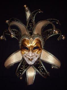 Ai que tédio carregar a minha máscara....