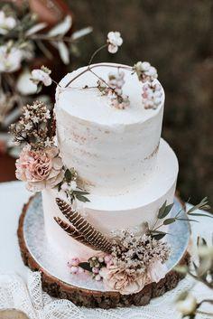 Labude Köln Wedding Cake Hochzeitstorte Decoration with Flowers & Feathers Boho Style Wedding Cake Torte Vintagewedding Foto: Beloved Photography