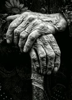 I have to do a portrait of these beautiful hands. So amazing aren't they? (I actually did do a graphite portrait of these hands. Black N White, Black White Photos, Black And White Photography, Black Pic, Hand Fotografie, Hand Photography, People Photography, Vintage Photography, Poverty Photography