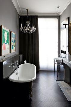 UN LAMPADARIO IN BAGNOPer un tocco di romanticismo ecco il classico chandelier. Se vi ha stufato averlo nel salotto o nell'ingresso di casa,...