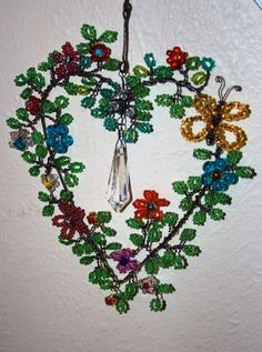 A beaded wire hart. Beaded Crafts, Wire Crafts, Jewelry Crafts, The Artist's Way, Bird Mobile, Wire Crochet, Diy Projects For Kids, Crochet Bracelet, Sun Catcher