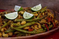 Massa de Arroz com Molho Oriental Oriental, Green Beans, Lunch, Dishes, Vegetables, Food, Lunch Ideas, Mop Sauce, Healthy Recipes