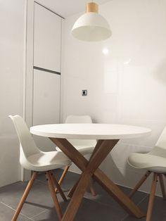 Tapa de madera maciza de 3cm de grosor y patas con tono roble intermedio Eames, Chair, Furniture, Home Decor, Dining Room Furniture, Wood Tables, Solid Wood, Oak Tree, Hue
