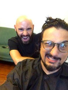 Amiciiiiiiiiiii! Qui leggono i vostri commenti sui miei capelli ed è tornato Omar... Aiuto! ;-))) Ci vediamo alle 13 su Sky Uno con Alessandro Borghese Kitchen Sound Hahahahahahahahahaha