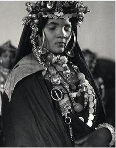 Une jeune femme de la tribus des Barratine 1950 Maroc