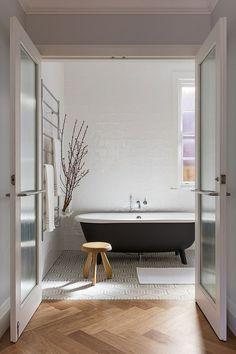 Neben der klassischen Mosaikfliese ist die Metrofliese ein beständiger Begleiter in der Badezimmergestaltung. Aus den düsteren Schächten der Untergrundbahnen New York City's hat sich die Flie…