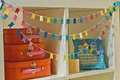 Vroeger hingen we alleen slingers op als er iets te vieren was. Tegenwoordig proberen we van elke dag een feest te maken en mogen vlaggetjes dus gewoon het hele jaar door! En waarom ook niet? Met een (al dan niet zelfgemaakte) vlaggenslinger vrolijkt je werkkamer, kinderkamer, woonkamer, of welke kamer dan ook meteen op.