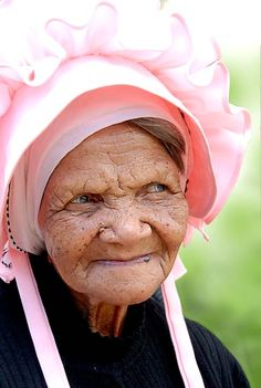 Khoi woman from the North Western Cape. The bonnet is traditional head wear. ♪♫♪ Dis 'n lekker ou Jan. African Beauty, African Women, African Fashion, South Afrika, Out Of Africa, People Of The World, Native American Indians, Cape Town, Beautiful People