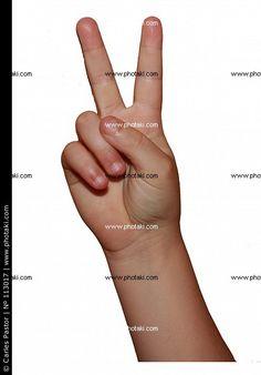 Victoria, signo con dos dedos de la mano