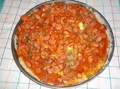 Receita de Pizza de Salsisha e Queijo Parmesão Ralado - 2 copos de farinha de trigo, 1 colher (sopa) de fermento químico em pó, sal a gosto, 1 ovo, 3 colheres (sopa) de óleo, 1/2 copo de leite quente, 1/2 kg de salsicha picada, Cebola de cabeça, 2 tomates grandes e sem peles, 1/2 pimentão cortado bem pequeno, 1 colher (sopa) de massa de tomate, orégano, 2 tomates em rodelas, queijo parmesão ralado