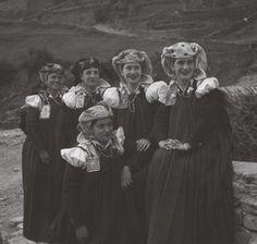 07. Mujeres vestidas de fiesta.  (foto de Alfonso Foradada, 1943/45).  Esposas bestidas de fiesta (foto de Alfonso Foradada, desde 1.943 hasta 1.945)
