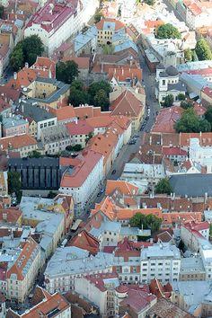 Tallin (en estonio: Tallinn) es la capital de la República de Estonia y del condado de Harju. Es la ciudad más poblada de Estonia y su principal puerto. Está situada en la costa norte del país, a orillas del golfo de Finlandia, a 80 km al sur de Helsinki. Es ciudad del Patrimonio Mundial.