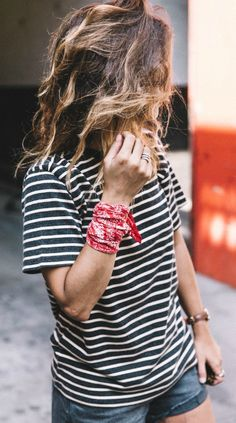 Try accessorising your outfit with a bandanna tied around your wrist like Sara Escudero! Top: Levis, Shorts: Levis, Bandanna: Levis