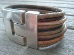 Zelf gemaakte leren armband