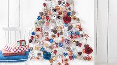 Decoratieve kerstideeën om zelf te maken. gezellig met uw kind knutselen? Kijk hoe u eenvoudig een sfeervol windlicht, houten kerstboom of rendierlamp kunt maken