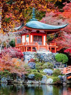O outono nas proximidades do templo Daigo em Kyoto, Japão.