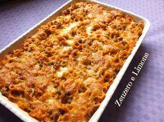Gli anelletti di pasta al forno sono un primo piatto gustosissimo a base di carne, piselli e pomodoro. Tipici della Sicilia, sono assolutamente divini.