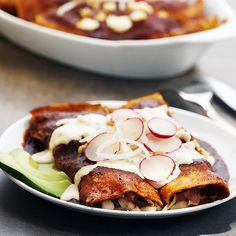 Chicken enchiladas in red sauce - Savory, hearty and satisfying! This traditional dish contains everything you look for during dinner. As a finishing touch, decorate them with Nestlé cream, sliced onions and radishes. Mexican Dishes, Mexican Food Recipes, Real Food Recipes, Yummy Food, Ethnic Recipes, Mexican Meals, Roast Recipes, Sauce Recipes, Dinner Recipes
