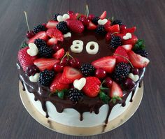 Dripping cake with fruits